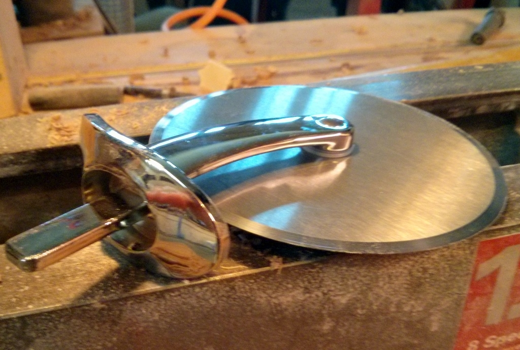 Pizza cutter hardware